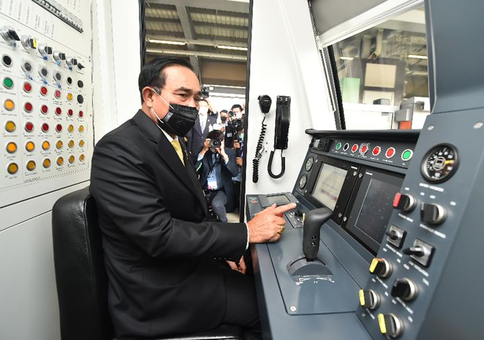 Prime Minister Gen Prayut Chan-ocha inspects the control room.