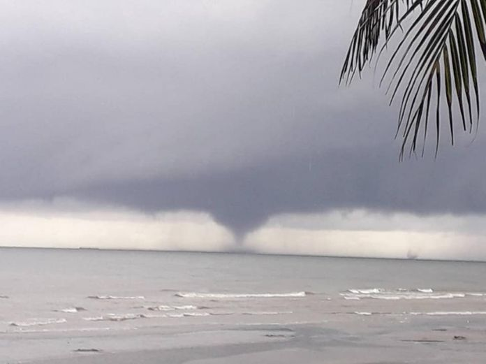 An 'Elephant Trunk' appeared in the sea of Bang Saen bay, Chonburi Province, on Wednesday afternoon for about 20 minutes during the heavy storms.