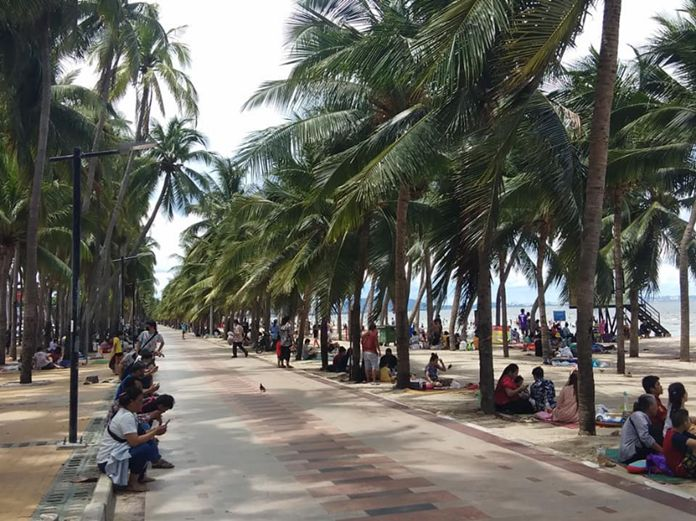 Bang Saen beach was crowded with holiday makers from Chonburi and surrounding provinces on Wednesday.