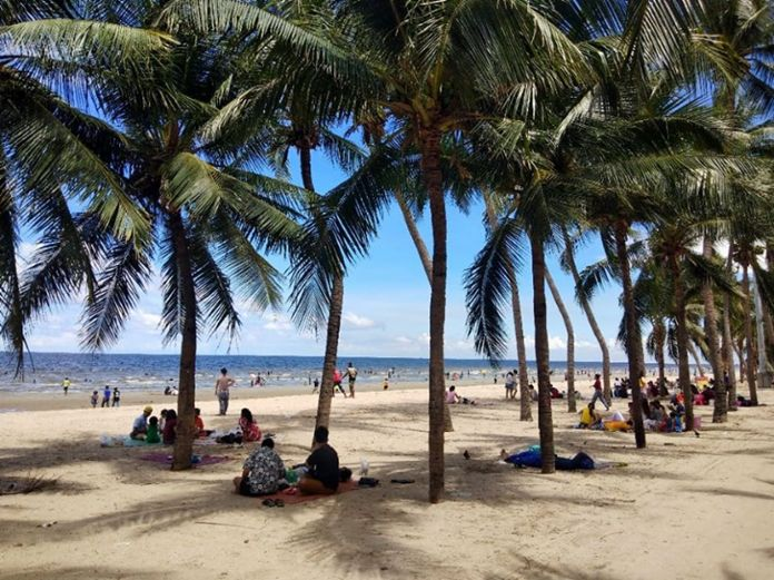Tourists enjoyed the breeze, the sea and the sun of Bang Saen beach on the midweek holiday.