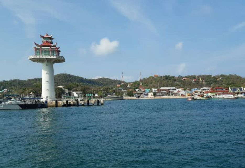 Officers established a checkpoint at Sichang pier, Sri Racha, to screen local residents and tourists.