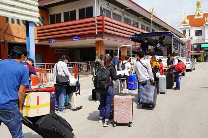 At Ban Khong Luek Border Checkpoint in Sa Kaeo province, over 30 Thai people who worked in Cambodia were today seen carrying their belongings and crossing the border into Thailand.