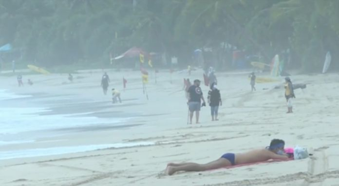 Business operators and food vendors on Patong beach were instructed to follow the hygiene guidelines while providing services to beachgoers.