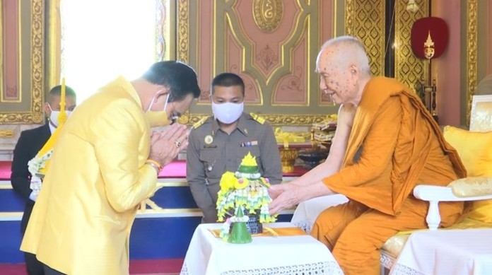 Prime Minister Prayut Chan-o-cha presents candles and other offerings to His Holiness Somdet Phra Ariyavongsagatayana.