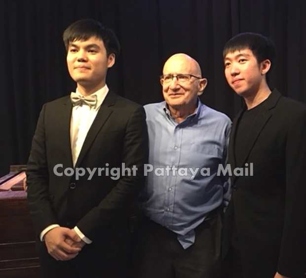 At Ben's Theater Jomtien in 2018 with pianists Gun Chaikittiwatana (l) and Kant Lormsomboon.