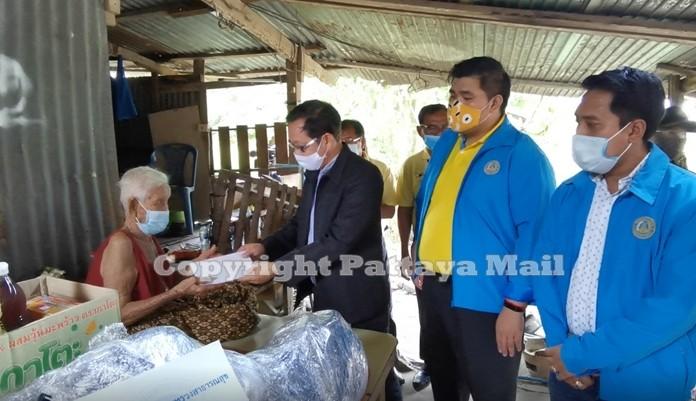 Kantapon Sukumalin, Working team of Deputy Minister of Public Health presents financial aid to grandma Yasothin Rodhom.