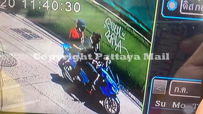 Ambil dari kamera CCTV kota menunjukkan dua pria bersenjata yang diduga sedang melaju kencang.