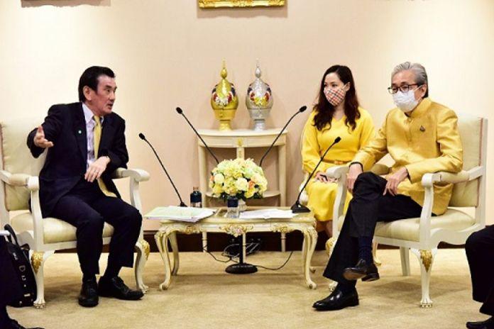 The Japan External Trade Organization (JETRO ) president, Taketani Atsushi (left), and Thai Deputy Prime Minister,Somkid Jatusripitak (right).