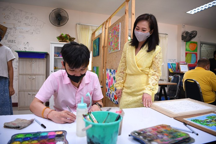 A series of video clips about alternative communication are produced for parents to use in the development of their autistic children, aimed at reducing the cost of training.