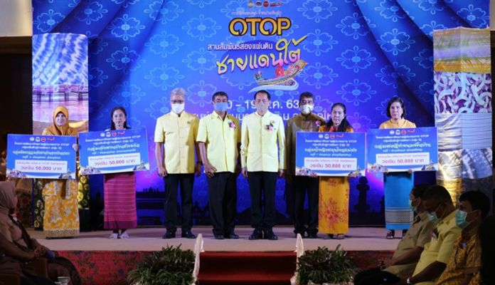"""The Community Development Office of Songkhla has worked with OTOP entrepreneurs in the southern province to hold """"OTOP Bonding Two Lands in the Southern Border"""" and """"OTOP Thai to Songkhla""""."""