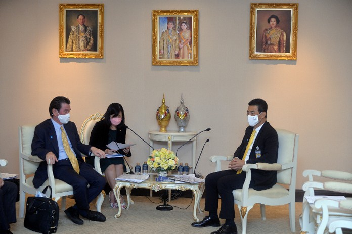 The President of the Japan External Trade Organization (JETRO) office in Bangkok, Mr. Taketani Atsushi (left), and Prime Minister's Office Minister Tewan Liptapanlop (right).