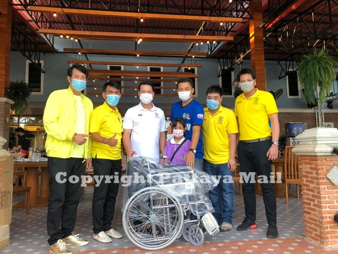 Advisor to Pattaya Mayor, Damrongkiat Pinitkan together with Mr. Anuparb Pongpinit and representatives of Hollywood Pattaya pose in front of the wheelchair that was donated to Pattamaporn Sadee.