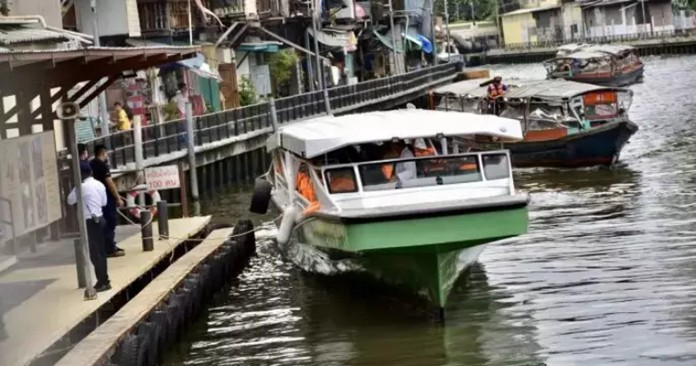 The test run of the eco-friendly passenger boat on Saen Saeb canal took about 20 minutes.It ran at 22 km./h for four kilometres from Phan Fah Lilat pier to Pratunam pier without noise pollution.
