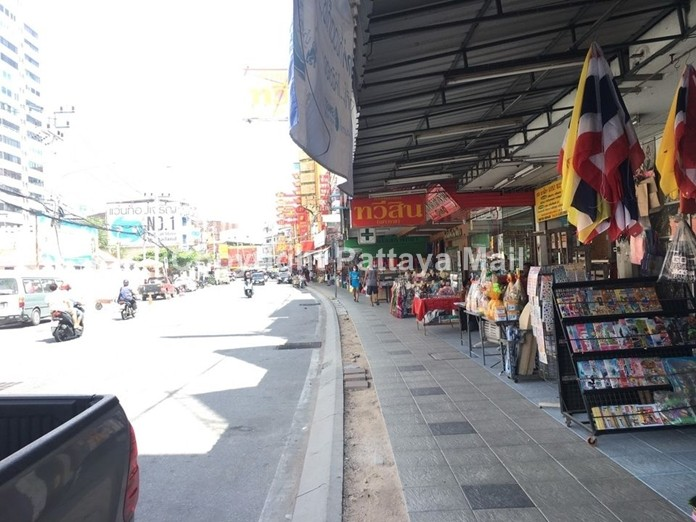 Except for missing a row of tiles, the Wat Chai footpath is now a sight for sore eyes.