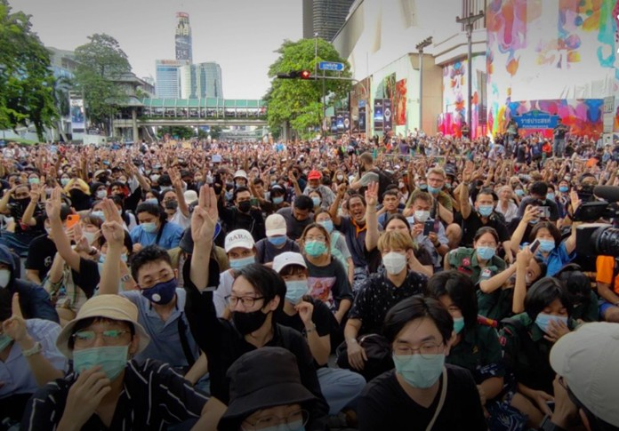 Thai police disperse protesters outside PM's office
