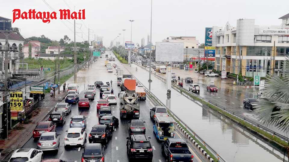 Heavy rainfall paralyses traffic on most Pattaya roads